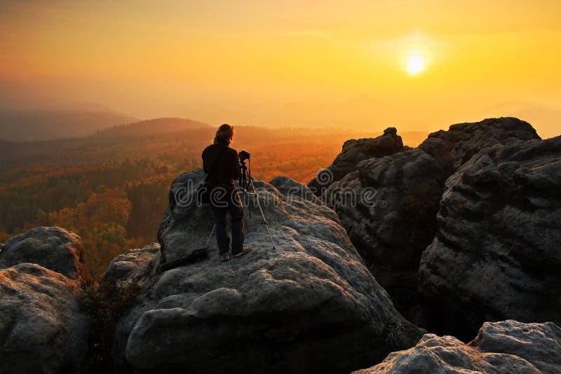 Paisaje rocoso con el fotógrafo durante otoño Paisaje hermoso con la piedra Puesta del sol en el parque nacional checo Ceske Svyc foto de archivo libre de regalías
