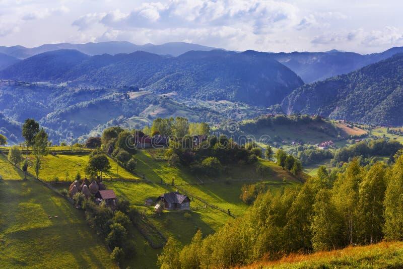 Paisaje rumano de la montaña imagenes de archivo