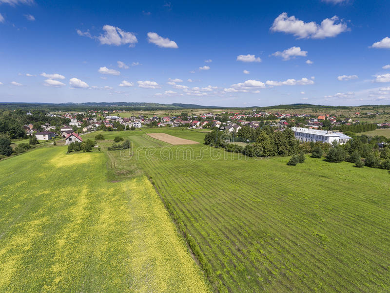 Paisaje rural con la colina verde y el cielo azul en Polonia Visión para imagenes de archivo