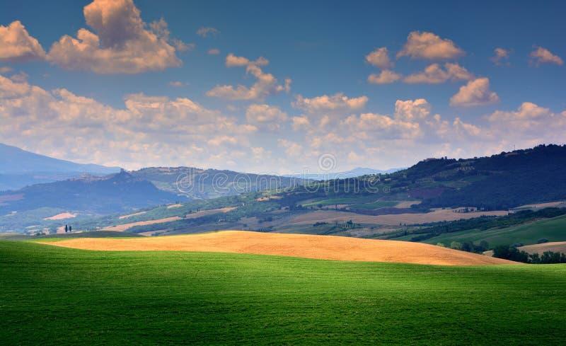 Paisaje rural de la puesta del sol de Toscana, campo verde foto de archivo libre de regalías
