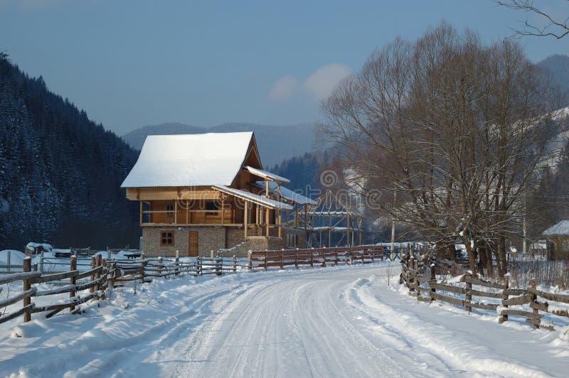 Paisaje rural del invierno en montañas cárpatas imagen de archivo libre de regalías