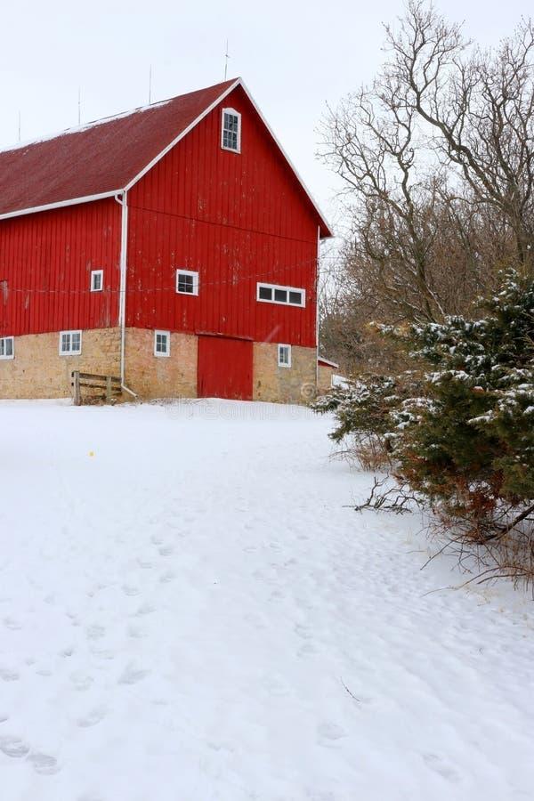 Paisaje rural del invierno Nevado con el granero rojo fotografía de archivo libre de regalías
