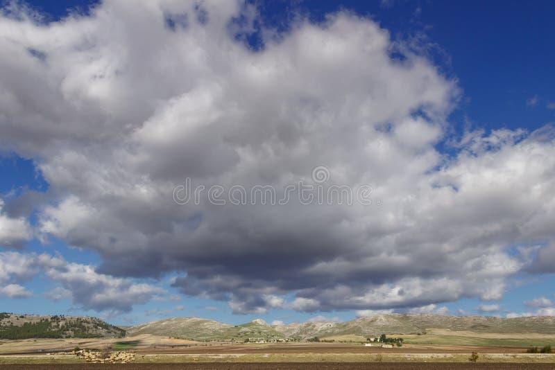 Paisaje rural del otoño: Alta Murgia National Park, Italia Campo montañoso dominado por las nubes imagen de archivo libre de regalías