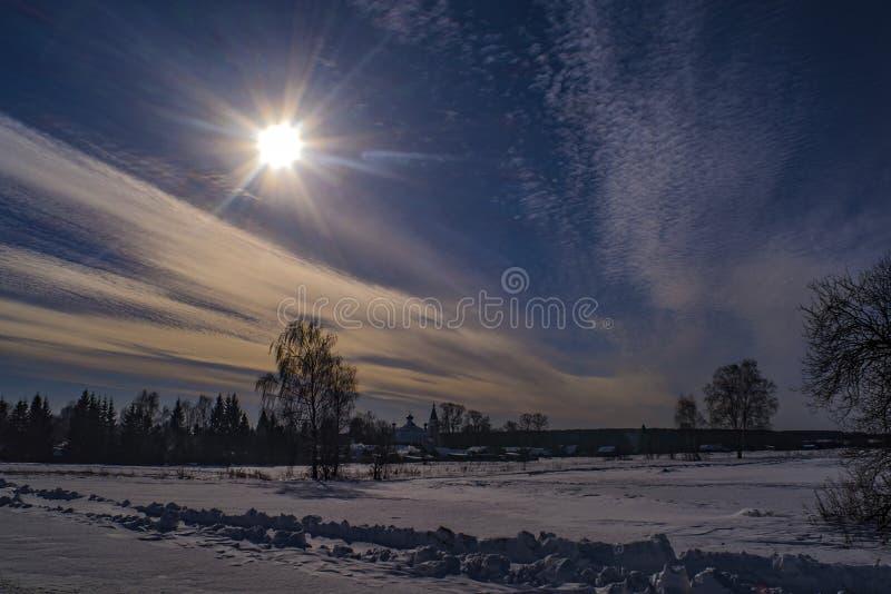Paisaje rural hermoso del invierno con sol brillante foto de archivo