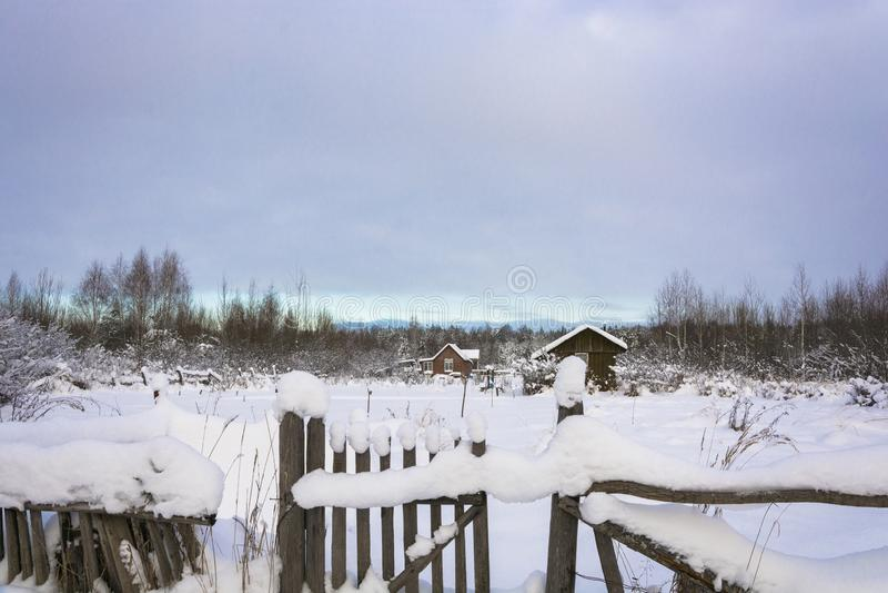 Paisaje rural hermoso en un día nublado del invierno escarchado fotografía de archivo libre de regalías