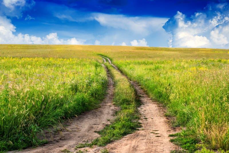 Paisaje rural pacífico en campo ancho con la carretera nacional imagen de archivo