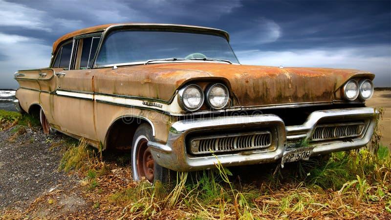 Paisaje rural pintoresco con el coche viejo. imagen de archivo