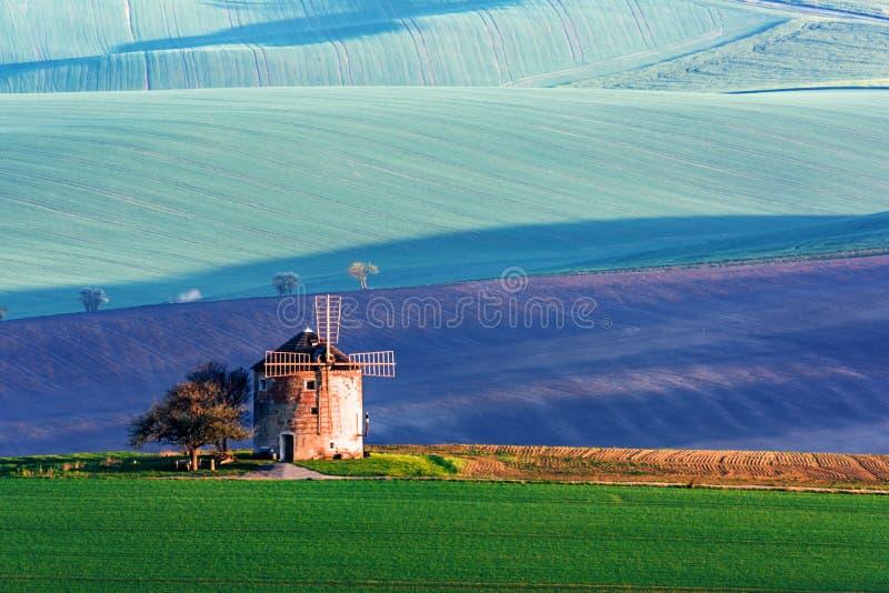 Paisaje rural pintoresco con molino de viento antiguo fotografía de archivo libre de regalías
