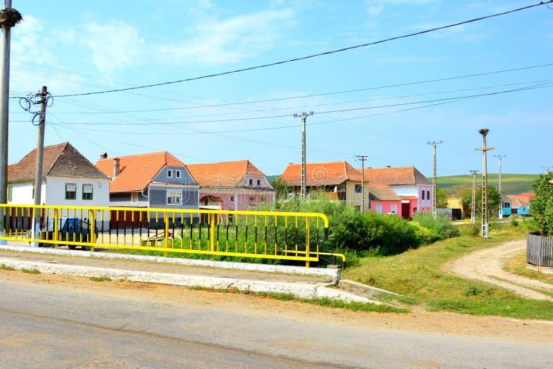 Paisaje rural típico en el pueblo Mercheasa, Transilvania, Rumania imagenes de archivo