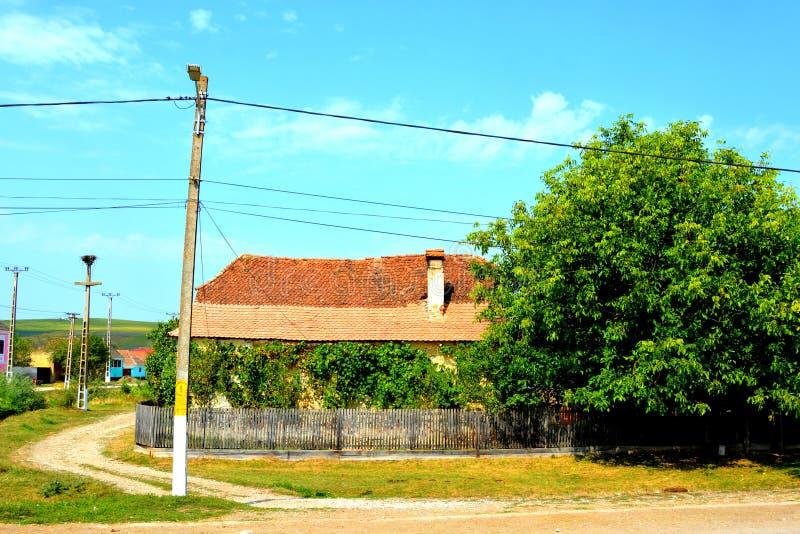Paisaje rural típico en el pueblo Mercheasa, Transilvania, Rumania imagen de archivo