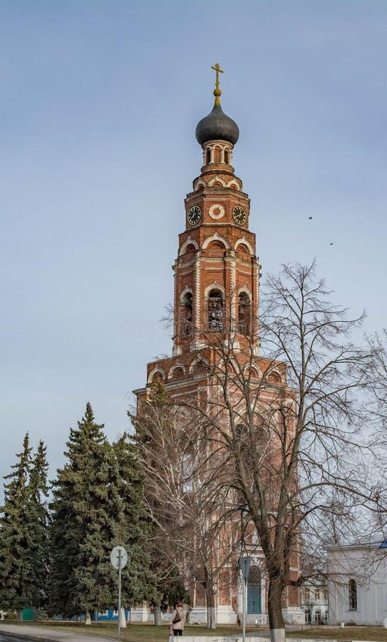 Paisaje ruso de la ciudad con las iglesias ortodoxas debajo del cielo nublado azul en día de verano foto de archivo libre de regalías