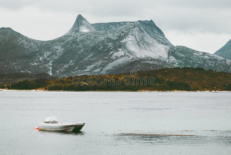Paisaje salvaje del mar de Rocky Mountains y del barco de pesca en escandinavo de Noruega imagenes de archivo