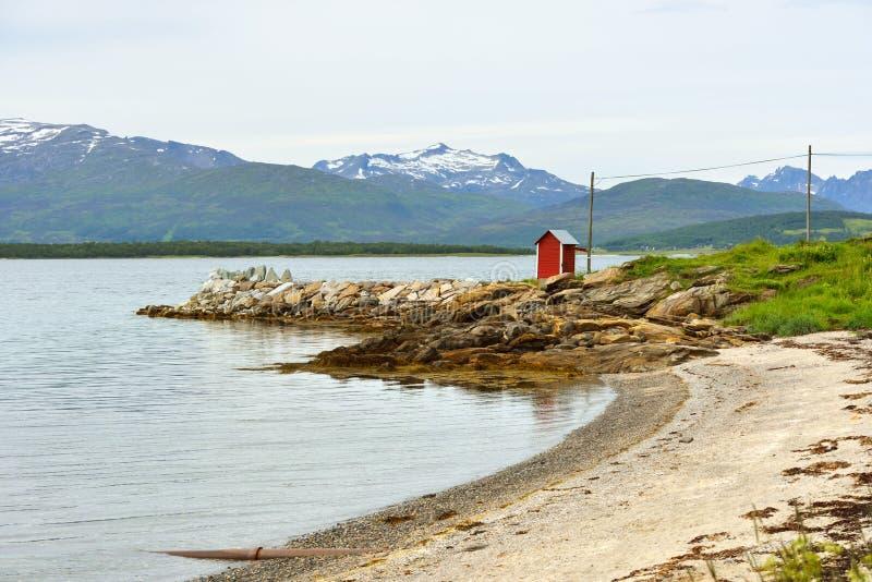 Paisaje septentrional con la casa roja imagenes de archivo