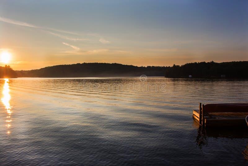 Paisaje septentrional de la puesta del sol del lago imagen de archivo libre de regalías