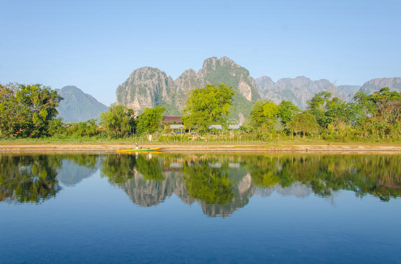 Paisaje sereno de Nam Song River en Vang Vieng, Laos foto de archivo libre de regalías