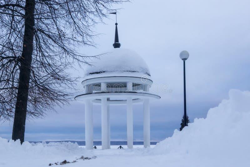 Paisaje silencioso del invierno en parque de la ciudad en el lago fotografía de archivo