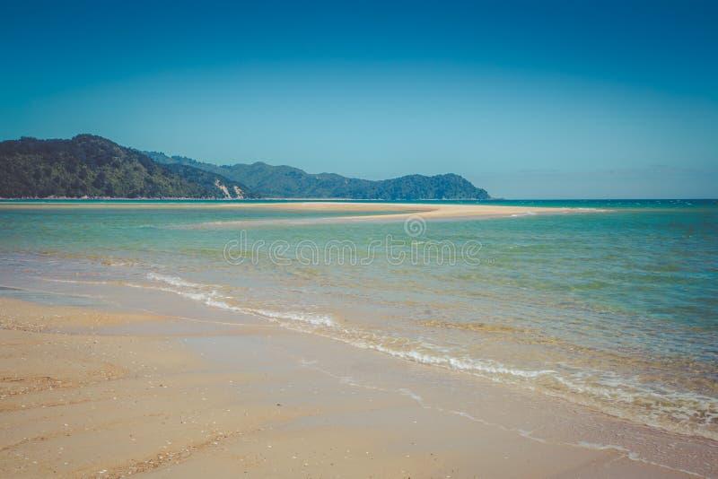 Paisaje soñador hermoso del océano con agua clara del océano de la turquesa imagenes de archivo