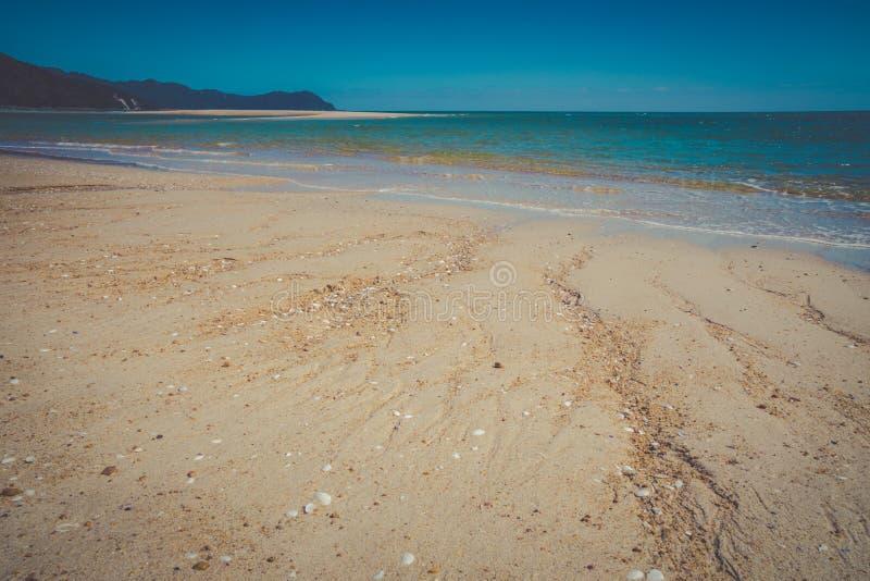 Paisaje soñador hermoso del océano con la playa arenosa y el océano azul fotos de archivo libres de regalías