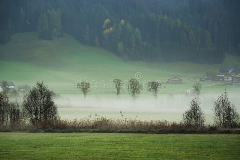 Paisaje soñador perdido en la niebla gruesa, Valle di Casies fotos de archivo libres de regalías