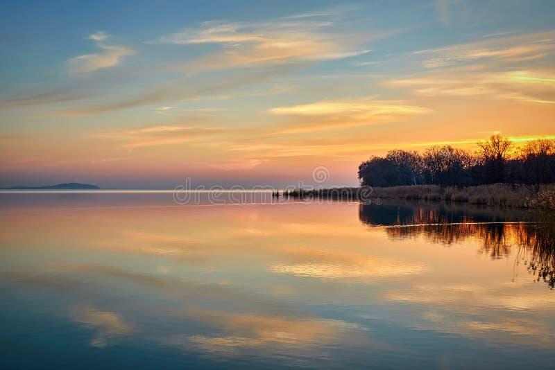 Paisaje sobre el lago Balatón en Hungría, otoño de la puesta del sol que iguala la luz fotografía de archivo libre de regalías