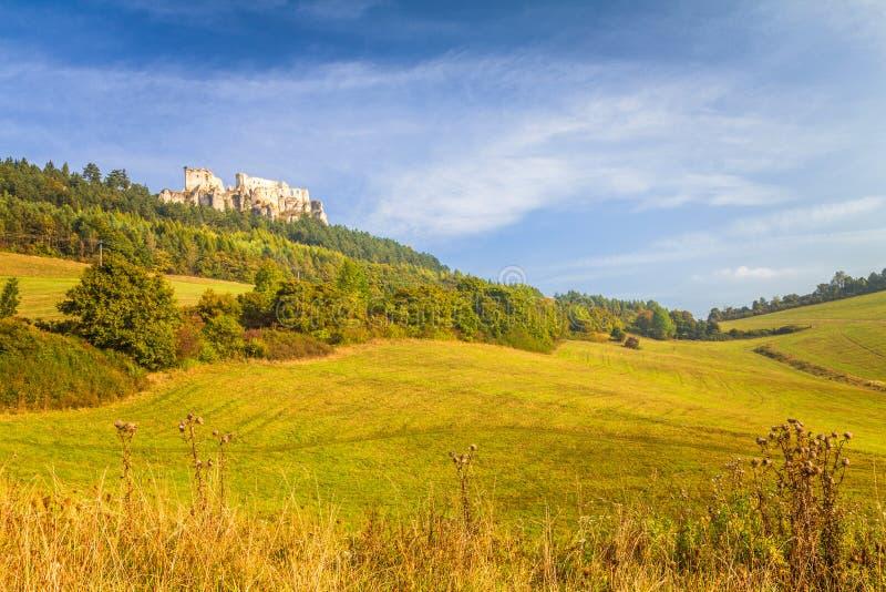 Paisaje soleado con ruinas del castillo medieval Lietava fotografía de archivo libre de regalías