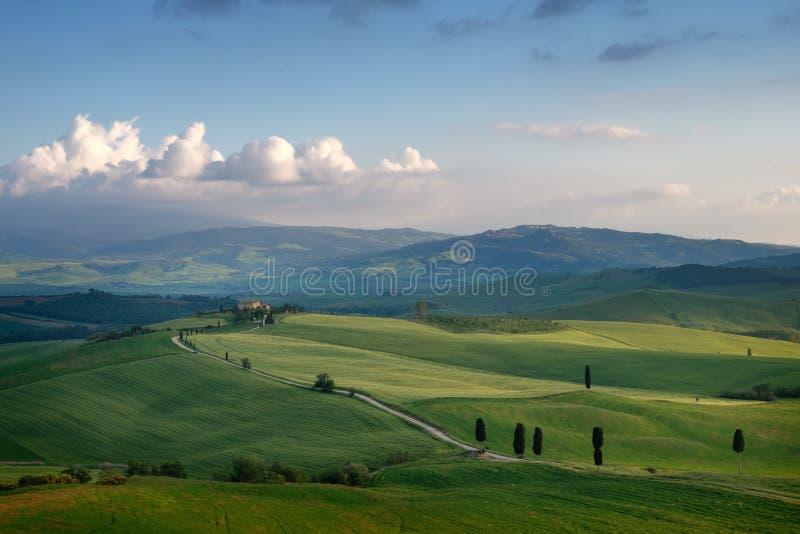 Paisaje soleado hermoso de la mañana en Toscana, Italia fotografía de archivo