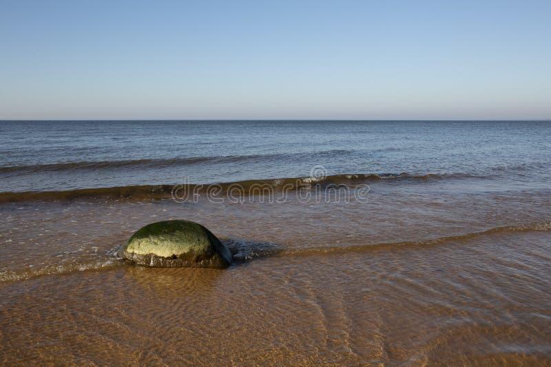 Paisaje soleado tranquilo del mar Báltico del otoño con la piedra sola imágenes de archivo libres de regalías
