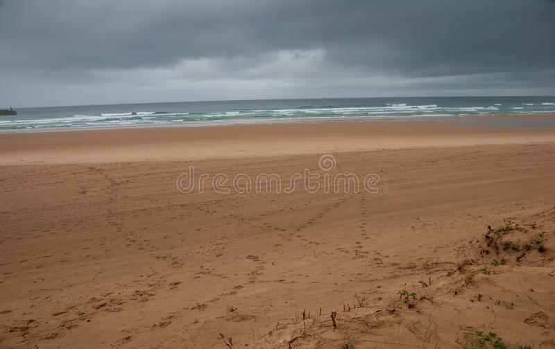 Paisaje solo de la playa con los pasos en la arena fotos de archivo