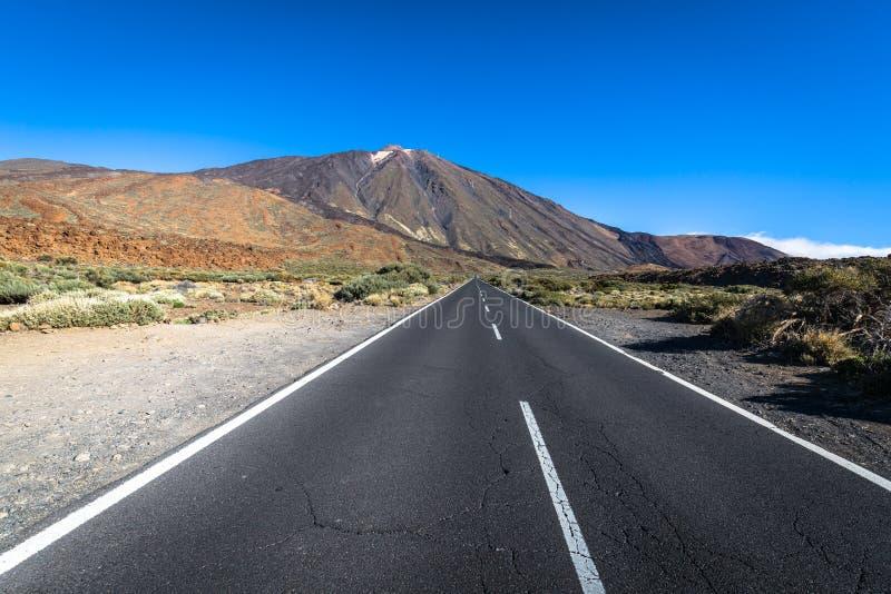 Paisaje solo del camino del desierto en el parque nacional de Volcan Teide, Tene fotografía de archivo