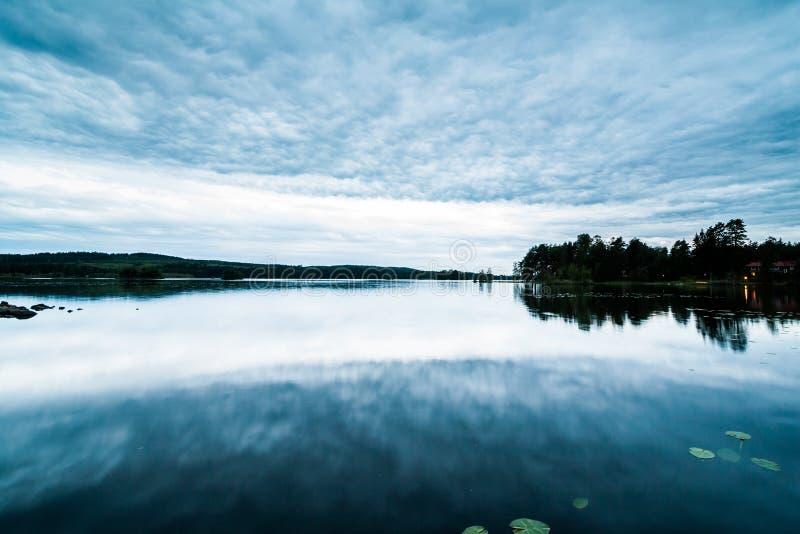 Paisaje sueco hermoso del lago en la oscuridad foto de archivo