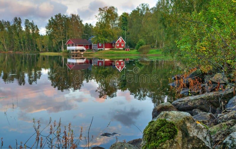 Paisaje sueco idílico del lago fotografía de archivo libre de regalías