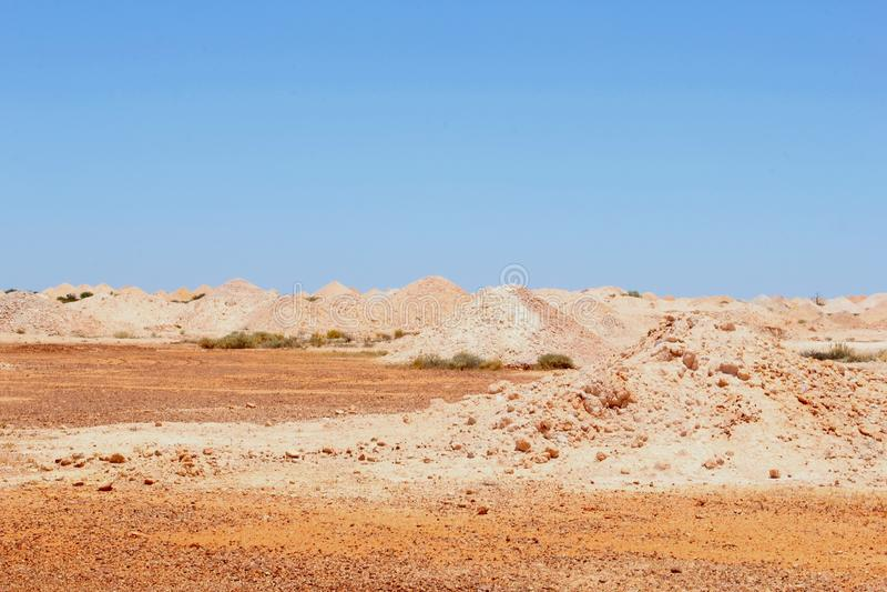 Paisaje surrealista alrededor de la ciudad Coober Pedy, sur de Australia de la explotación minera imagenes de archivo
