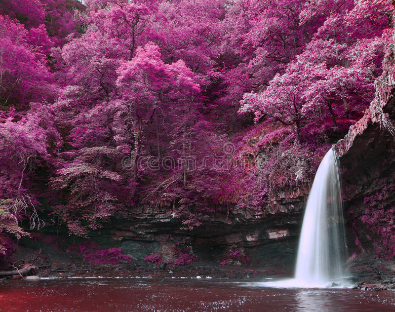 Paisaje surrealista coloreado suplente hermoso de la cascada fotos de archivo libres de regalías