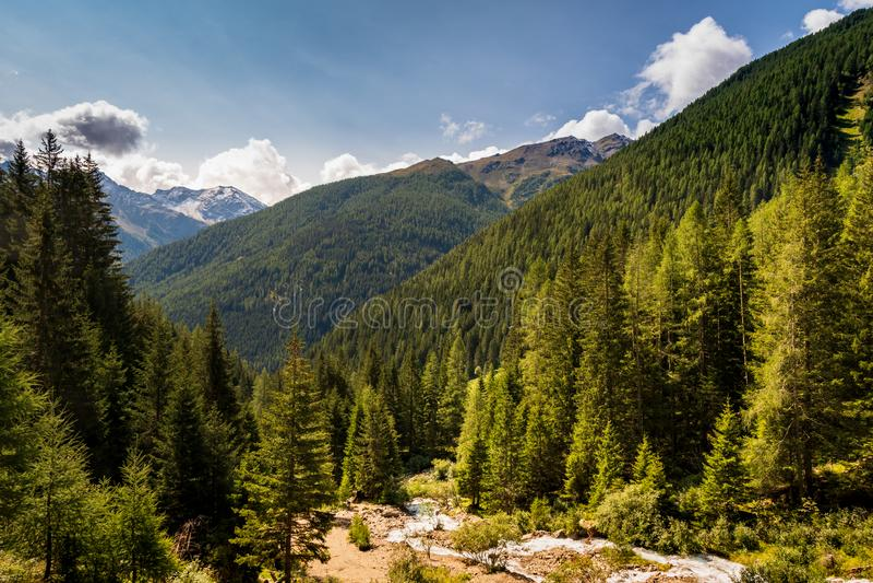 Paisaje típico de la montaña en las dolomías italianas imagen de archivo libre de regalías