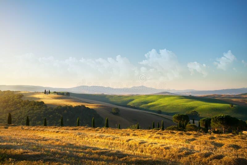 Paisaje típico del campo de Toscana; puesta del sol sobre Rolling Hills fotos de archivo