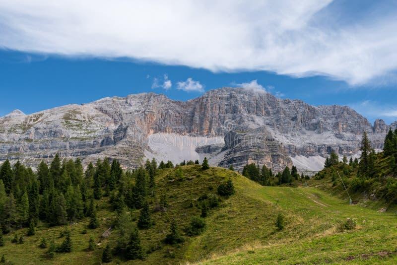 Paisaje t?pico de la monta?a en las dolom?as italianas fotografía de archivo