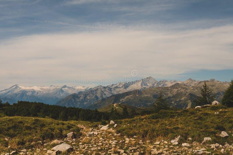 Paisaje t?pico de la monta?a en las dolom?as italianas fotografía de archivo libre de regalías