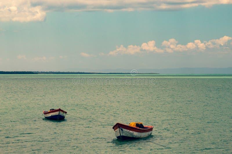 Paisaje t?pico del para?so tropical: barcos de madera coloreados atracados en el mar Bah?a de Miches o laguna de marcha del La de foto de archivo