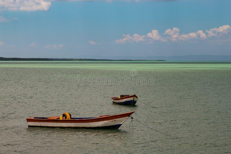 Paisaje t?pico del para?so tropical: barcos de madera coloreados atracados en el mar Bah?a de Miches o laguna de marcha del La de imagen de archivo