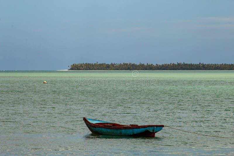 Paisaje t?pico del para?so tropical: barcos de madera coloreados atracados en el mar Bah?a de Miches o laguna de marcha del La de imagen de archivo libre de regalías