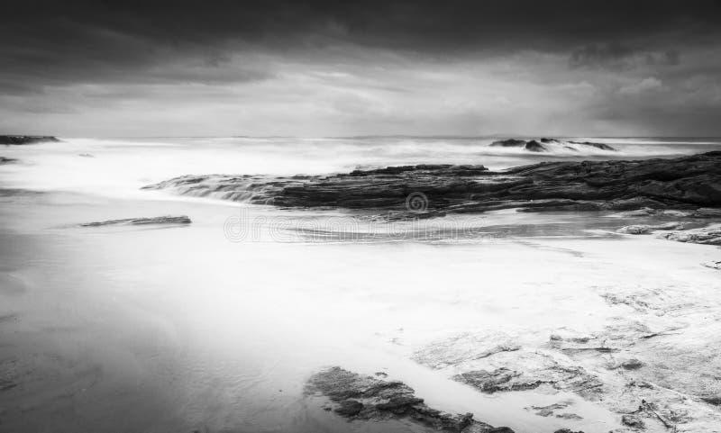 Paisaje tempestuoso de la playa blanco y negro imagen de archivo libre de regalías