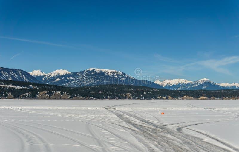 Paisaje temprano de la primavera del distrito regional del lago congelado Windermere de Kootenay del este Canadá foto de archivo