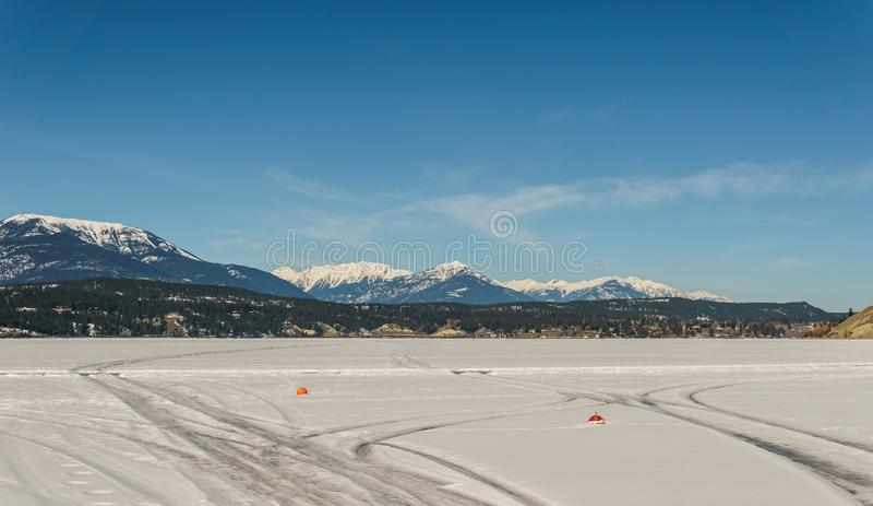Paisaje temprano de la primavera del distrito regional del lago congelado Windermere de Kootenay del este Canadá fotografía de archivo