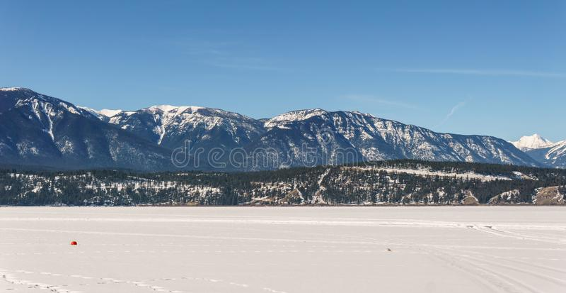 Paisaje temprano de la primavera del distrito regional del lago congelado Windermere de Kootenay del este Canadá fotografía de archivo libre de regalías