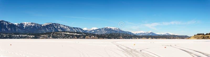 Paisaje temprano de la primavera del distrito regional del lago congelado Windermere de Kootenay del este Canadá imagen de archivo