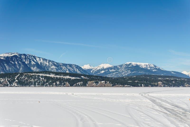 Paisaje temprano de la primavera del distrito regional del lago congelado Windermere de Kootenay del este Canadá foto de archivo libre de regalías
