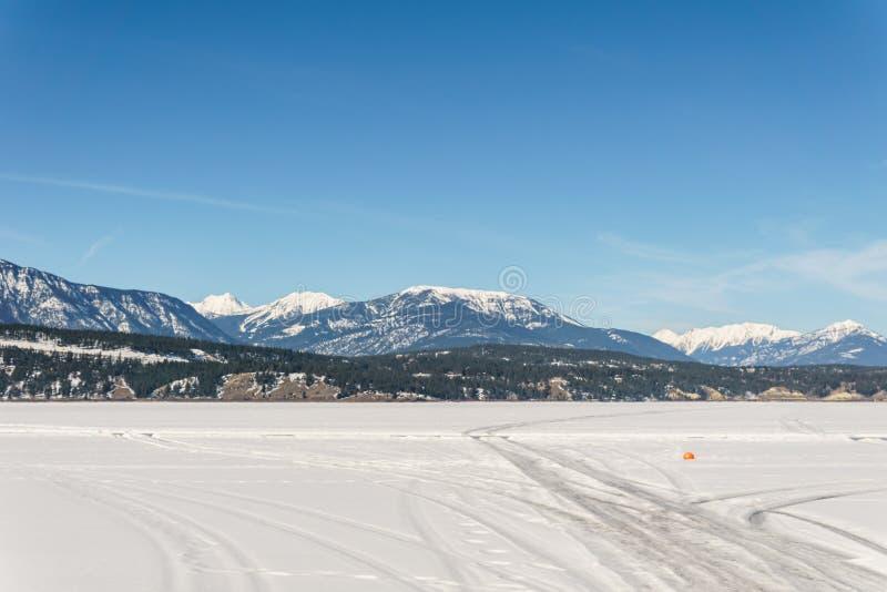 Paisaje temprano de la primavera del distrito regional del lago congelado Windermere de Kootenay del este Canadá imagenes de archivo