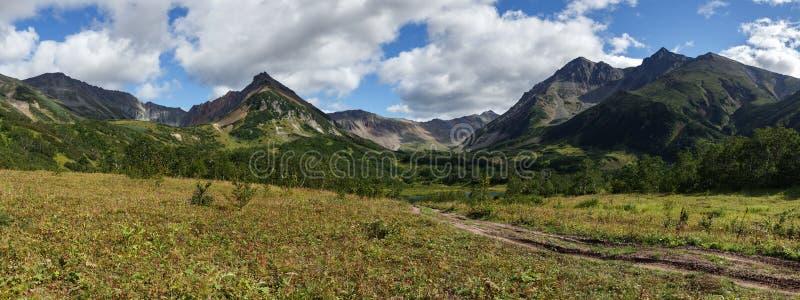 Paisaje temprano hermoso de la montaña del panorama del otoño de Kamchatka imagenes de archivo