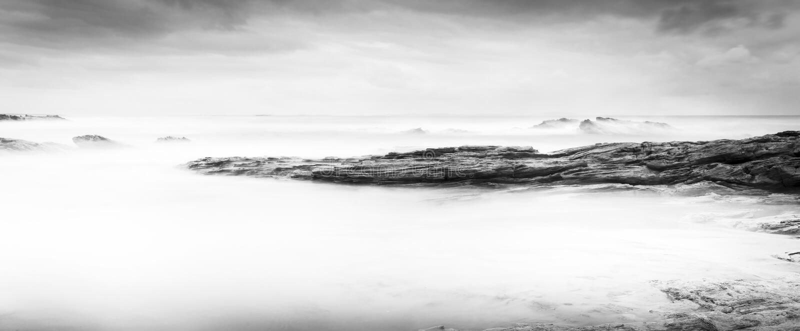 Paisaje tranquilo del océano blanco y negro fotografía de archivo