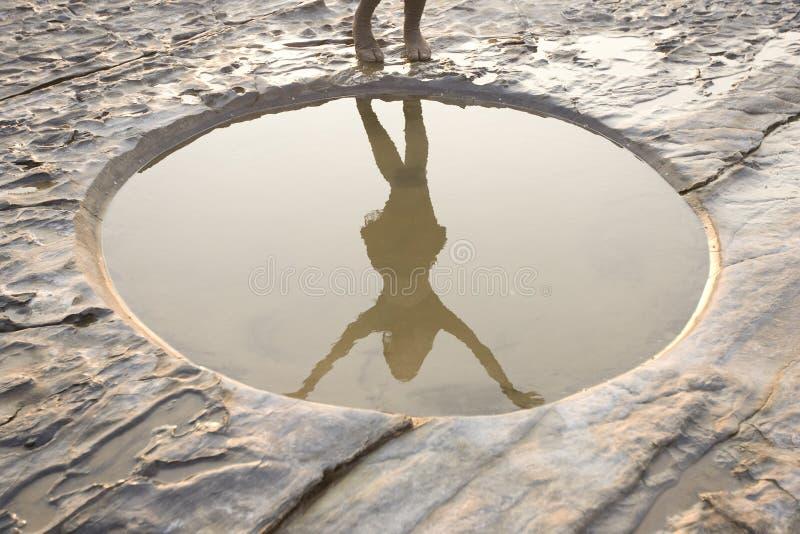 Paisaje tranquilo hermoso El minimalismo, el agujero gráficos del círculo y sean fotografía de archivo libre de regalías